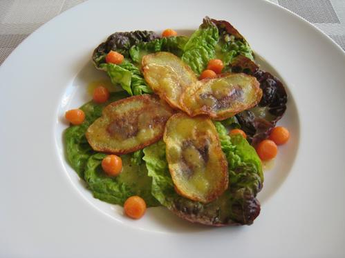Salat mit gefüllten Kartoffelchips, Möhrenkugeln und Kartoffeldressing