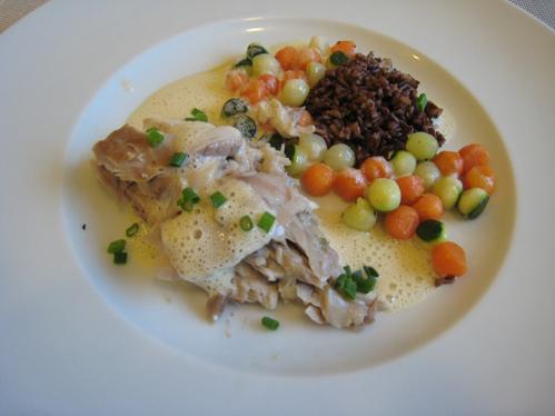 Papageienfisch aus dem Salzteig mit Gemüseperlen, rotem Camarguereis  und einer Weißweinsauce