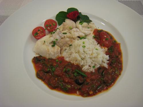 Rotbarsch im Salzteig gegart mit einer Tomaten-Oliven-Sauce