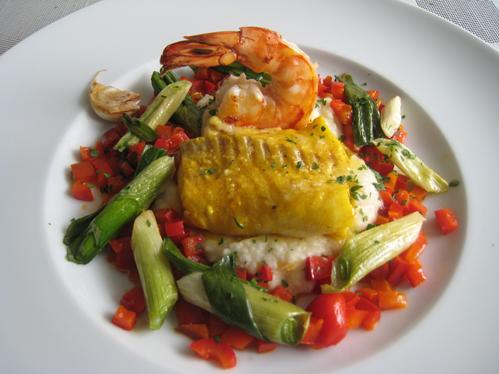 Duett von gebratener Garnele und in Gewürzöl gegartem Rotbarsch auf Selleriecreme mit Lauchzwiebeln und Paprika