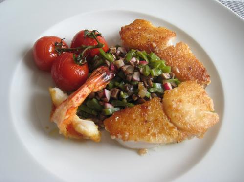 Rotbarschmedaillons und Garnele an Champignon-Bohnengemüse und Schmortomaten