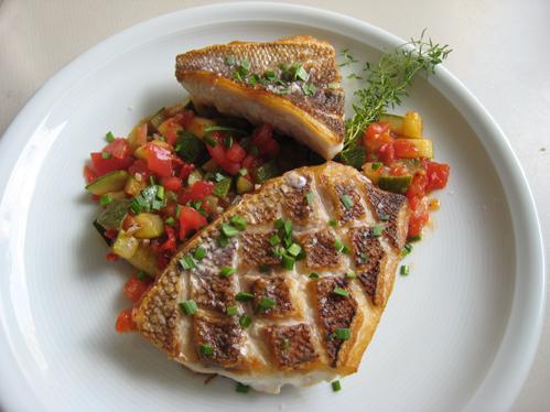 Red Snapper auf Zucchini-Tomaten-Gemüse