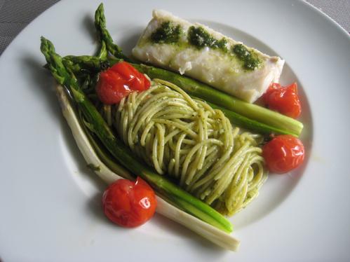 Konfierter Kingklip mit Bärlauchpesto an Spagetti, Tomaten und gebratenem Spargel