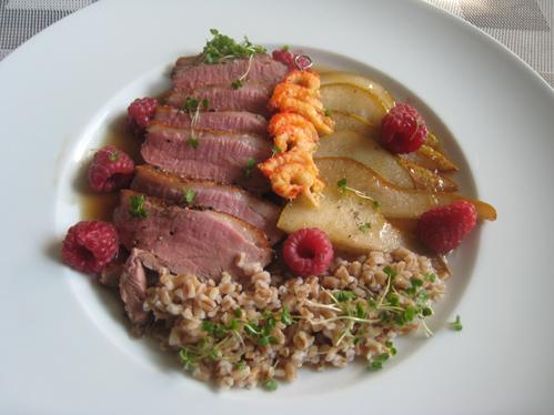 Entenbrust in Birnen-Senf-Sauce mit Flusskrebsen und Dinkel
