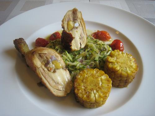 Gefüllte Maishähnchenkeule auf Zucchinijulienne mit Schmortomaten und Mais
