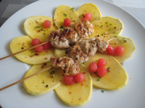 Saté vom Hühnchen auf Mangocarpaccio mit Melonenkugeln