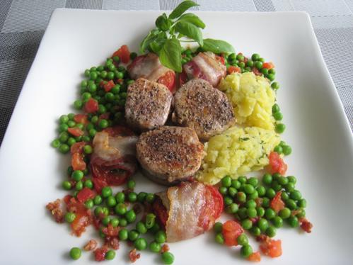 Schweinemedaillons mit Ofentomaten, Erbsen und Basilikum-Kartoffelstampf