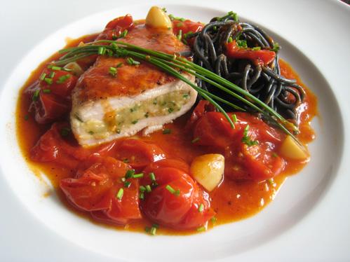 Poulardenbrust mit Garnelenfüllung und Tomatensauce