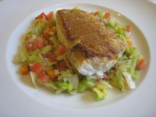 Seelachs auf Spitzkohl mit Schinkenwürfeln und buntem Gemüse