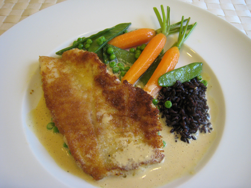 Rotbarsch in süß-saurem Senfschaum mit blanchierten Möhren, Erbsen und schwarzem Piemontreis