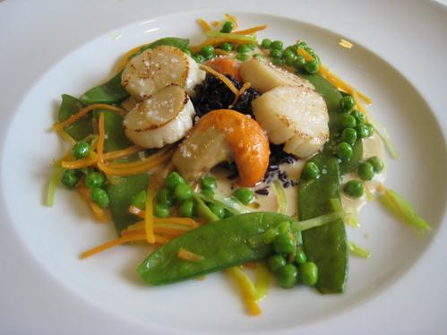 Jakobsmuscheln im Senfschaum mit Gemüse und schwarzem Reis