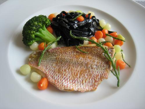 Gelbschwanz-Schnapper mit Salicorne und Gemüsemix  an Tonnarelli mit Sepiatinte