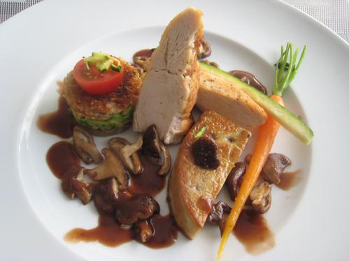 Foie Gras und Hähnchenbrust an Zucchinisandwich, mit Möhre und Shitakepilzen in Portwein-Johannisbeer-Sauce