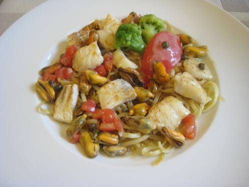Fischfiletgulasch mit Muschel-Kapern-Sauce auf Pasta