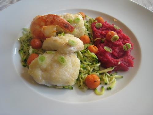 Seeteufelbäckchen und Garnele mit Zucchinijulienne und Möhrenkugeln