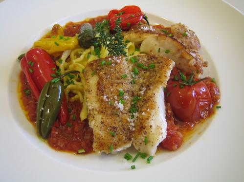 Rotbarsch mit Haselnusspanade, Tomatensauce und Minipaprika