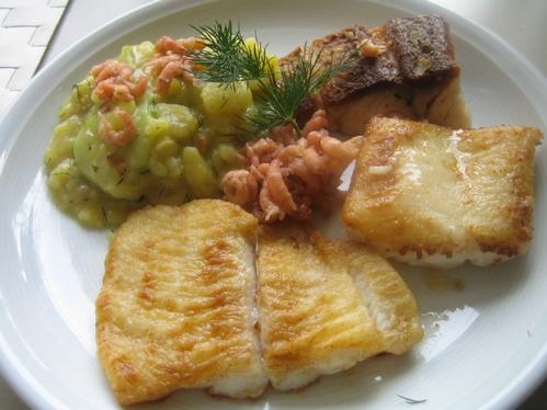 Trilogie von Meeresfischen an Kartoffel-Gurken-Salat