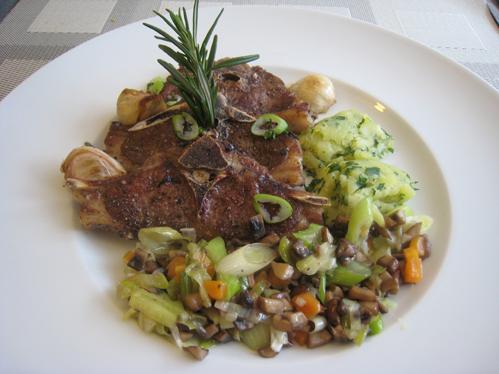 Lammkoteletts mit Champignon-Lauchgemüse und Petersilienkartoffeln