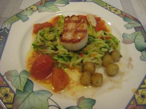 Jakobsmuschel im Baconmantel auf Zucchinijulienne mit Schmortomaten und Bratkartoffeln