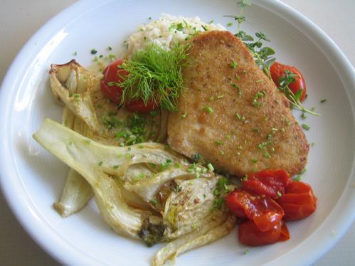 Putenschnitzel an Schmortomaten und gebratenem Fenchel