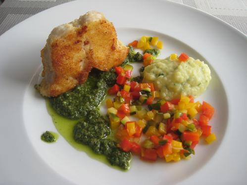 Steinbeißerkarbonade mit grüner Sauce, buntem Gemüse und Knoblauch-Kartoffelbrei