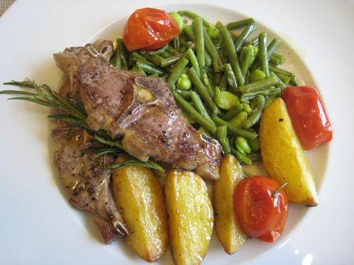 Lammkoteletts im Tomaten-Olivenöl-Sud mit zweierlei Bohnen  und Kartoffelvierteln
