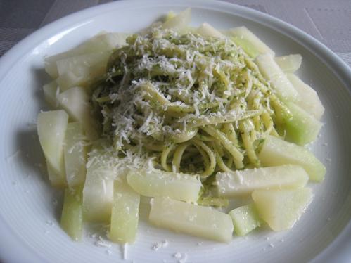 Bärlauch-Linguine mit geriebenem Parmesan und Kohlrabi