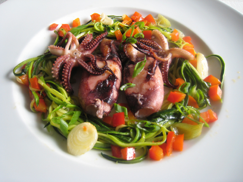 Kalmare mit Zucchininudeln, Paprikawürfeln und Lauchzwiebeln