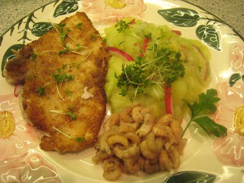 Haifischsteak und Krabben an Kartoffel-Gurken-Salat