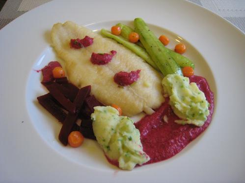 Pangasius mit Schmorgurke, Rote Bete und Schnittlauch-Kartoffelpüree