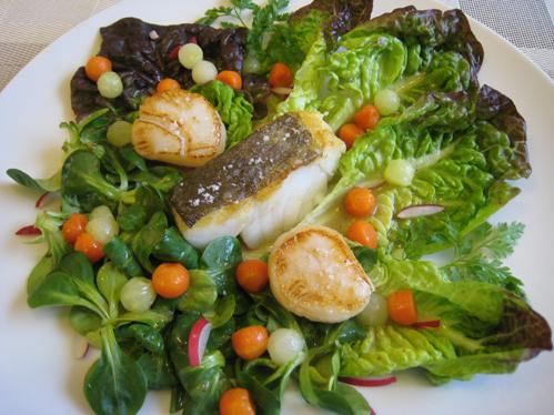 Skreitranche und Jakobsmuscheln auf Salat mit Kartoffeldressing