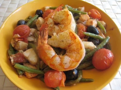 Mediterraner Fischtopf mit Bohnen, Oliven und Tomaten