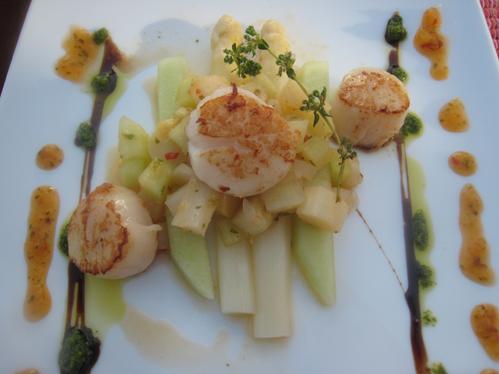 Jakobsmuscheln auf Spargel und Honigmelone mit einer fruchtigen Ingwersauce