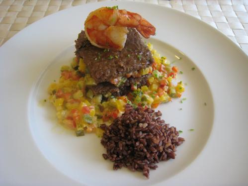 Frikadellenturm mit pikantem Paprika-Zucchini-Gemüse  und verirrter Garnele