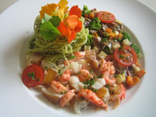 Räucherfisch, Krebse, Gemüse und Pasta
