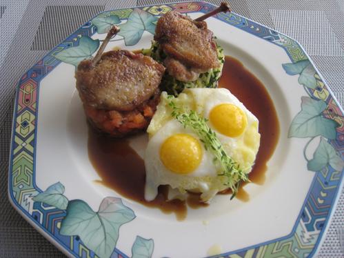 Brustfilets und Spiegeleier von der Wachtel auf Zucchinijulienne, Tomaten-Oliven-Kompott und Kartoffelpüree