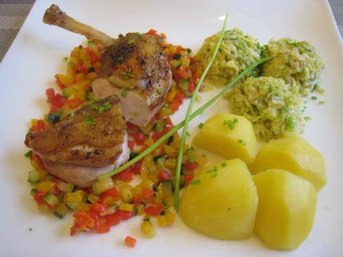 Supreme vom Perlhuhn auf Paprika-Zucchini-Gemüse mit Rahmwirsing