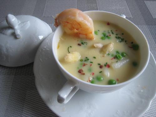 Spargelcremesuppe mit Garnele, Erbsen und Chiliflocken