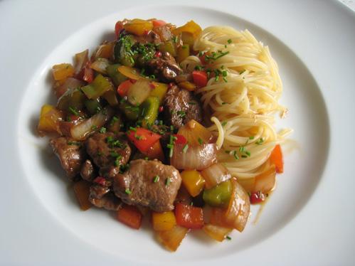 Entenbrustgeschnetzeltes mit Paprika-Zwiebel-Gemüse aus dem Wok