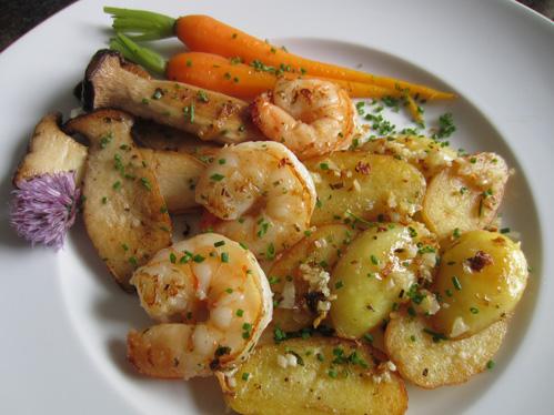Garnelen mit Kräuterseitlingen, glasierten Möhren und Bratkartoffeln