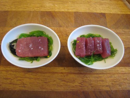 Thunfischpraline auf Goma-Wakame-Algensalat