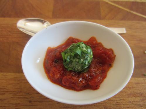 Basilikum-Ziegenkäsekugeln auf Tomatenkompott