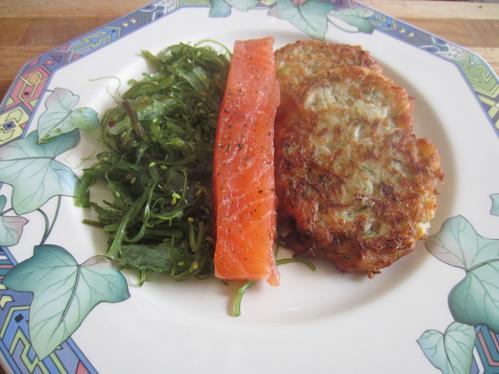 Gebeizte Lachstranche auf Goma-Wakame-Salat und Krautküchlein