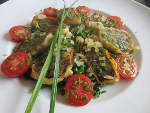 Gebratene Maultaschen mit Röstzwiebeln auf Spinat