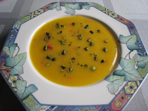 Mango-Gazpacho mit Fleisch- oder Fischspießchen