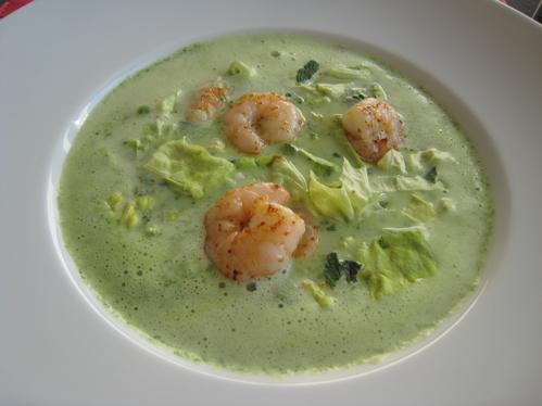 Kopfsalat-Erbsen-Suppe mit gebratenen Garnelen