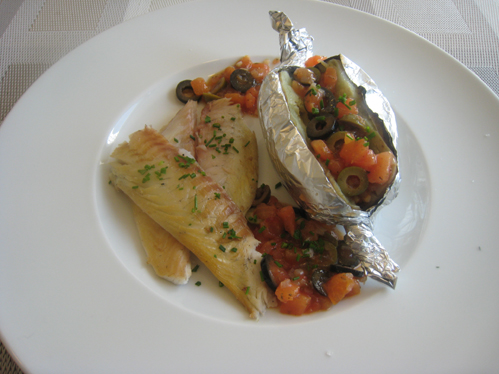 Geräucherte Dorade mit Folienkartoffel und Tomaten-Oliven-Kompott