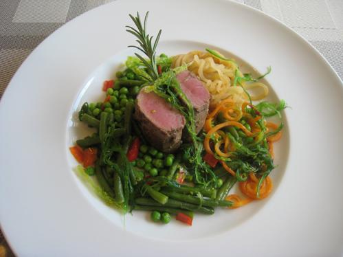 Lammlachse auf warmem Wakamesalat mit buntem Gemüsemix
