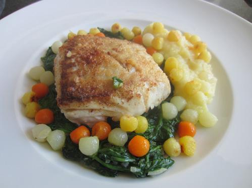Seelachsloin mit Spinat, Püree und Gemüsekugeln