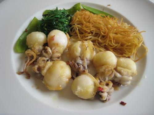 Sepiolen mit Zuckerschoten und Goma-Wakame-Salat